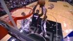 LeBron James monte au dunk sur la défense de San Antonio