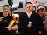 Patty Mills et Aron Baynes vidéobombent un journaliste avec le trophée Larry O'Brien