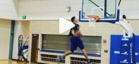 Aaron Gordon présente sa panoplie de dunks à l'entraînement