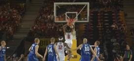 Derrick Rose transperce la défense avec un crossover pour monter au dunk deux mains