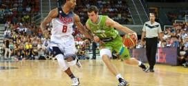 Goran Dragic s'amuse avec la défense de Team USA avec deux crossovers