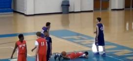 Le lycéen Jacob Norman postérize violemment un défenseur sur un alley-oop avec la planche