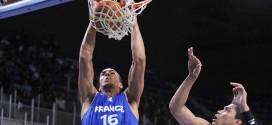Vidéo: Rudy Gobert fait quitter son short au défenseur et écrase un gros dunk
