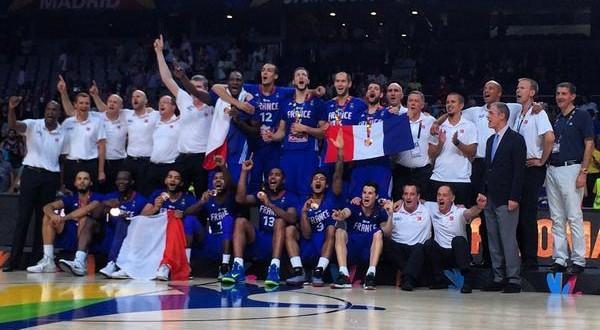 Vidéo: la remise des médaillesde bronze à l'équipe de France et la belle Marseillaise improvisée
