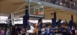 Il tente un dunk après avoir enlevé son tee-shirt et se ridiculise devant toute sa fac