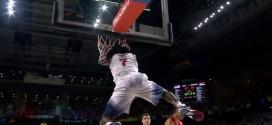 Kenneth Faried décolle pour un dunk avec la faute