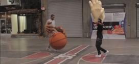 Quand Kawhi Leonard joue avec des mains et un ballon géants