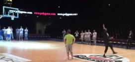 Vidéo : de dos, Tony Parker rentre un shoot du milieu du terrain !