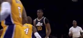 Alec Burks dépose Kobe Bryant sur un superbe dribble dans le dos