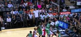 DeMar DeRozan s'aide de la planche pour tromper la défense des Celtics