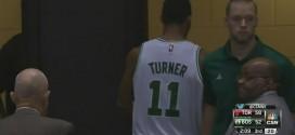 Evan Turner expulsé après avoir lancé le ballon sur l'arbitre