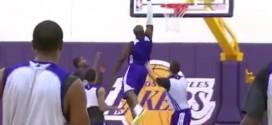 Kobe Bryant signe un joli dunk à l'entraînement