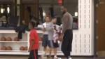 Le fils de LeBron James marque à une main du milieu du terrain à l'entraînement des Cavaliers