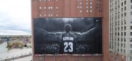 Le Time-Lapse de l'installation de la bannière géante de LeBron James à Cleveland