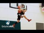 Jordan Kilganon passe une variante de son dunk 'scorpion'