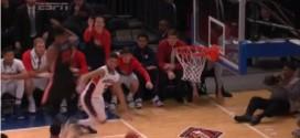 NCAA: la défense coup de genou dans la tête deKenny Gaines surJosh Perkins