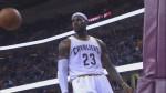 LeBron James slalome et écrase un gros dunk à une main