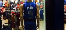 Photo : le maillot de Rajon Rondo déjà en vente à Dallas