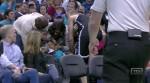 Mason Plumlee écrase un enfant en sautant dans les tribunes