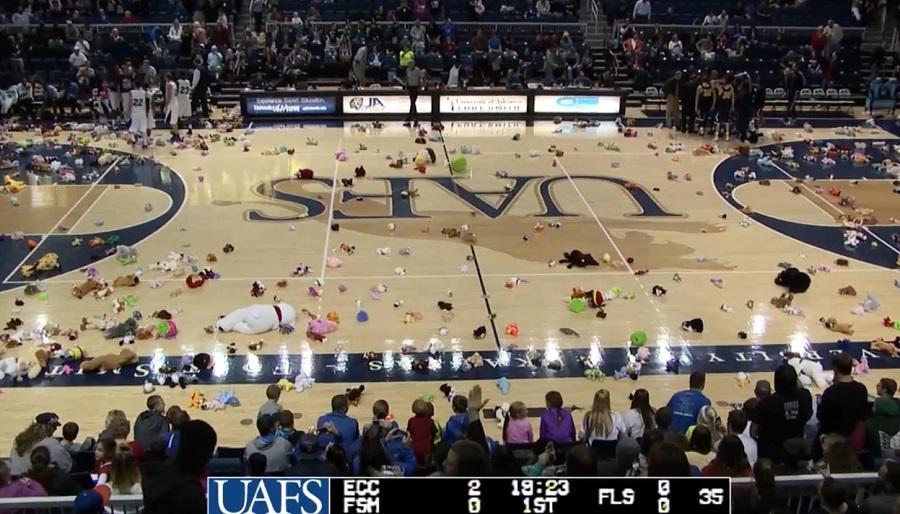 Toy Toss Game les spectateurs d'Arkansas-Fort Smith lancentdes centaines de peluches sur le terrain