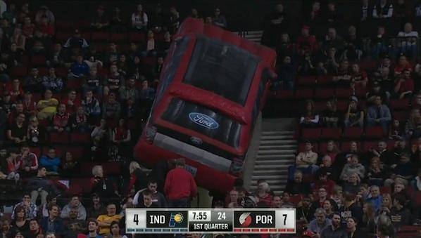 Une voiture gonflable coincée dans les tribunes du Moda Center