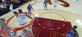 LeBron James profite d'un espace dans la défense des Grizzlies pour aller fracasser le cercle