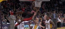 Lou Williams (1,88m) monte au dunk face à Robert Sacre (2,13m)
