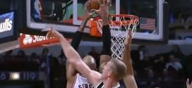 Taj Gibson monte au dunk avec autorité face à Mason Plumlee