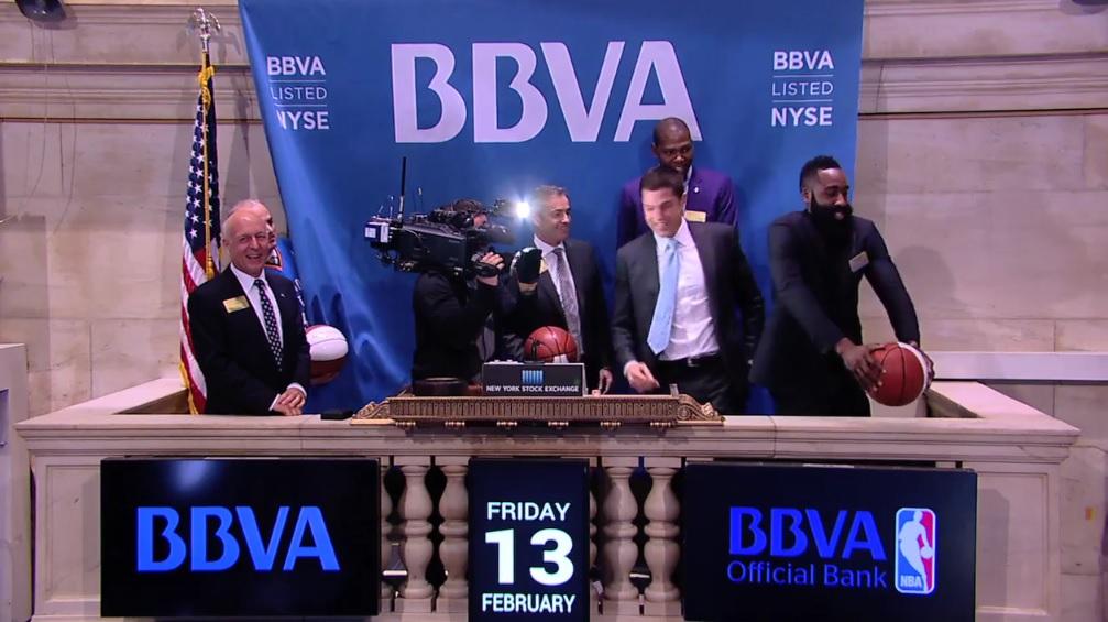 James Harden et Kevin Durant réussissent destrick shots à 20 000$ à la bourse de New York