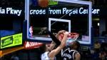 Cory Jefferson bâche la tentative de dunk de Joffrey Lauvergne