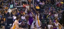DeMarcus Cousins écrase une claquette dunk sur la tête de deux Pacers