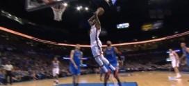 Kevin Durant se défait de Chandler Parsons et conclut par un puissant dunk à deux mains