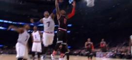 Carmelo bâche la tentative de dunk de Damian Lillard