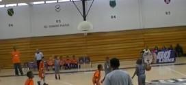 Insolite! Tyrik Petway, 9 ans, se met dos au panier pour marquer au buzzer