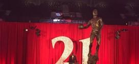 Larry Bird fait même du trash talk sur la statue de Dominique Wilkins