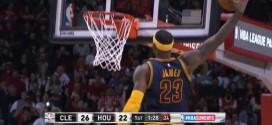 LeBron James intercepte et monte au tomar devant James Harden
