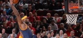 La photo du jour: deux spectatrices effrayées par le dunk de LeBron James