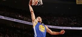 Stephen Curry monte au dunk en contre-attaque