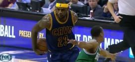 LeBron James intercepte, passe le ballon dans le dos et finit à deux mains