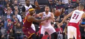 LeBron James enroule son défenseur et envoie une passe aveugle à Timofey Mozgov