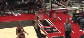 Grosse frayeur: Pete Rakocevic fait tomber le panneau sur son adversaire !