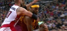 Jonas Valanciunas agrippe LeBron James à deux mains et prend une flagrante