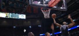 Markel Brown surgit pour la claquette dunk