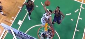 LeBron James bâche la tentative de dunk d'Evan Turner et chambre