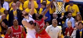 James Harden monte au dunk malgré Andrew Bogut