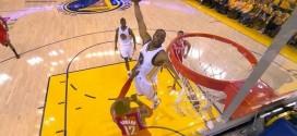 Andre Iguodala monte au dunk, Dwight Howard s'écarte