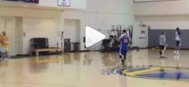 [Vidéo] À l'entraînement, Steph Curry met dedans de dos et du milieu de terrain