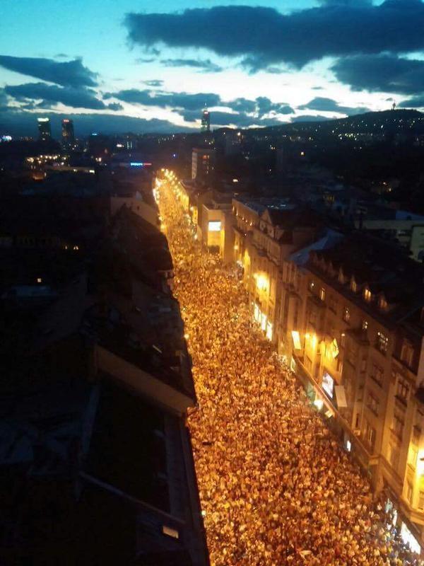 Fou ! Plus de 50 000 personnes accueillent les champions d'Europe U16 à Sarajevo