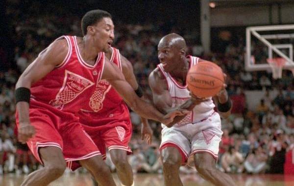 Michael Jordan face à Scottie Pippen lors du Pippen All Star Classic