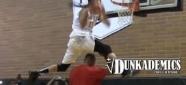 Kenny Dobbs impressionne Paul Pierce en lui passant par-dessus lors du Drew League Dunk Contest